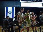 Schülerinnen und Schüler bei einem Musikauftritt