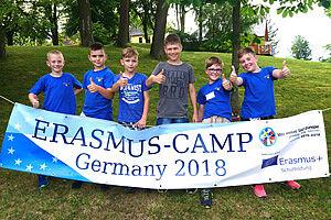 Schüler mit Transparent Erasmus-Camp