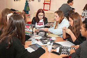 Gruppenarbeit von Schülerinnen an einem Tisch