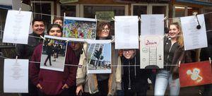 Jugendliche hinter Wäscheleine mit Zetteln