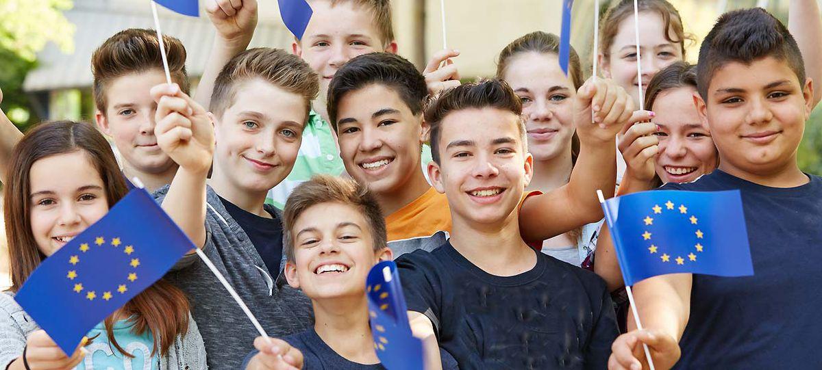 Jugendliche mit Europafähnchen