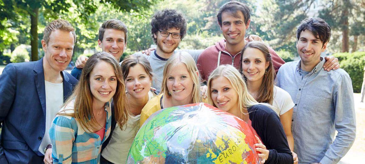 Junge Menschen mit Weltkugel