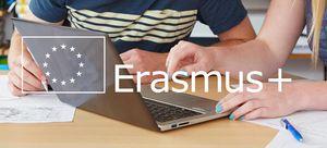 Hände auf Notebook mit Erasmus+ Logo
