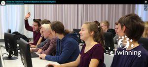 Schülerinnen und Schüler in Klassenraum mit Bildschirmen