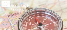 Kompass auf Landkarte mit Logo Erasmus+ Schulbildung