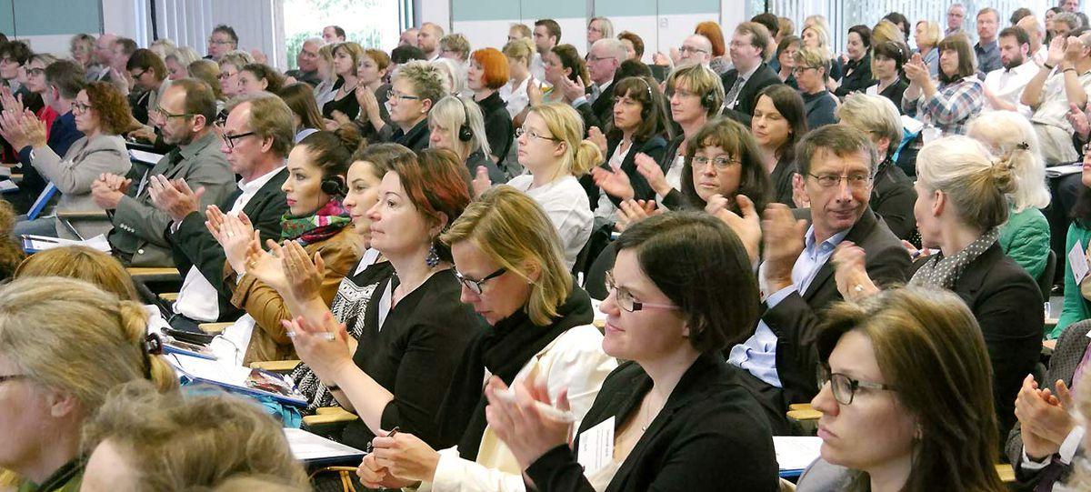 Saal mit vielen Zuhörern