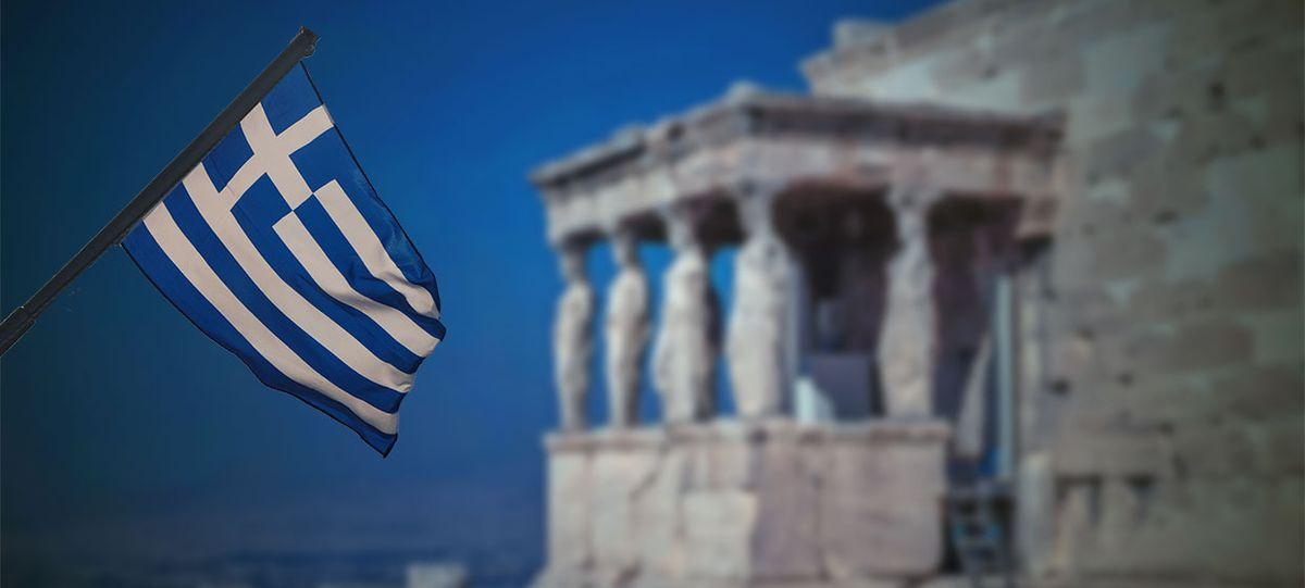 Griechische Flagge vor der Akropolis in Athen