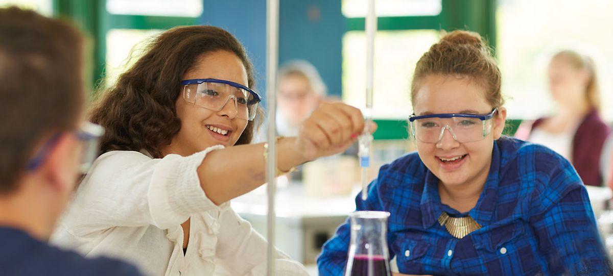 Mädchen bei chemischen Tests