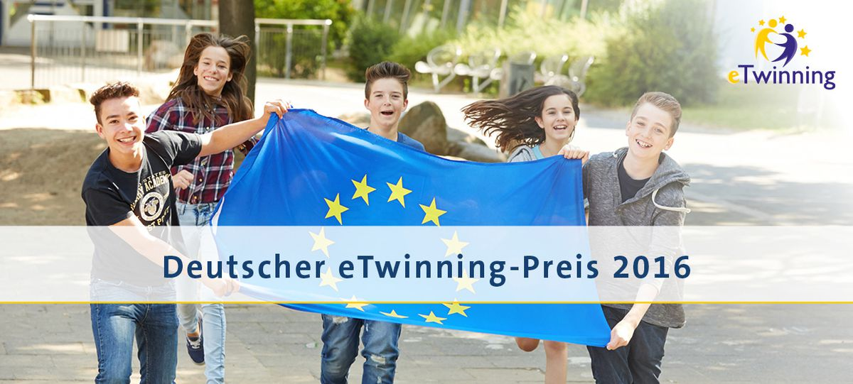 Schüler/-innen mit Europaflagge