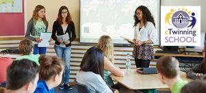 Schülerinnen stellen ihr Projekt am interaktiven Whiteboard vor