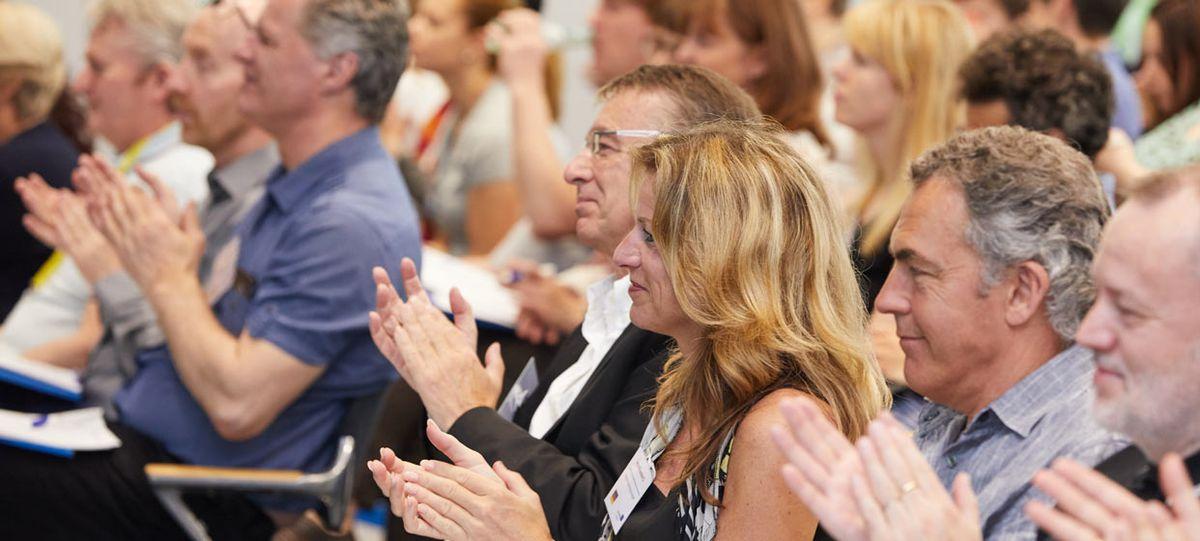 Applaudierende Tagungsteilnehmer