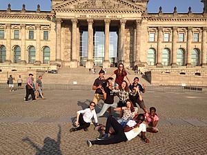 Teilnehmerinnen und Teilnehmer des Internationalen Preisträgerprogramms bei einer Exkursion in Berlin