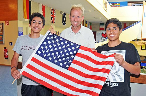 Lehrer und Schüler mit US-Flagge