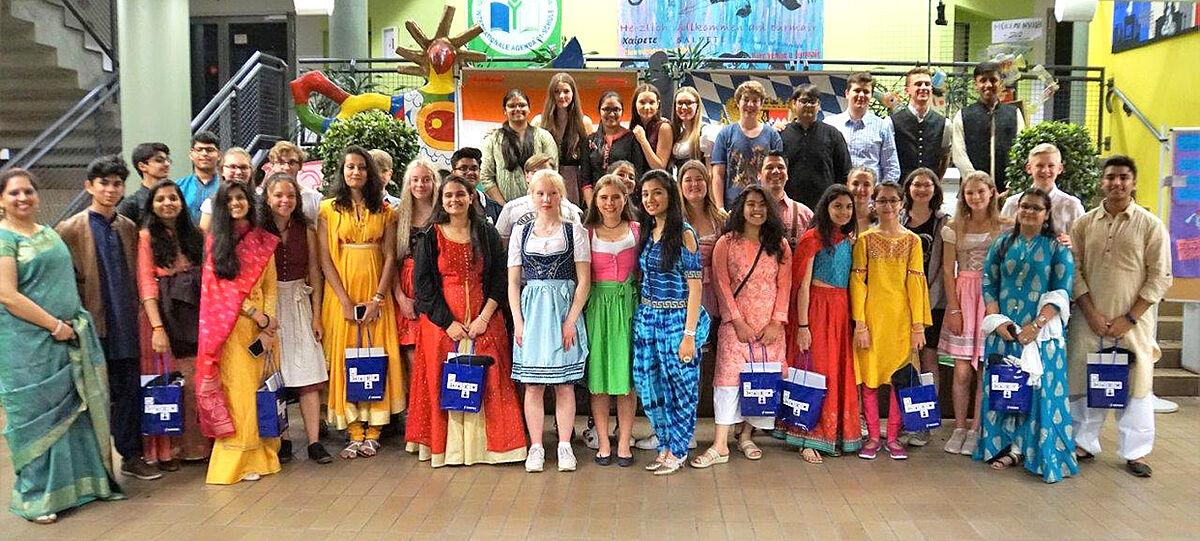 Gruppenbild: Schülerinnen und Schüler aus Indien und Deutschland gemeinsam am Johannes-Turmair-Gymnasium