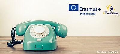 Türkisfarbenes Telefon und Logos der EU-Programme