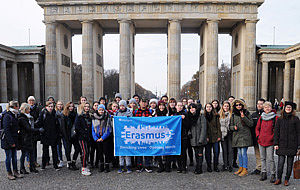 Gruppe vor dem Brandenburger Tor in Berlin