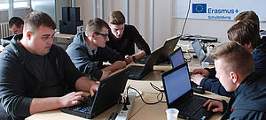 Jugendliche arbeiten an Notebooks