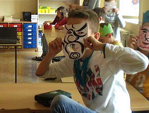 Kinder mit Papiermasken