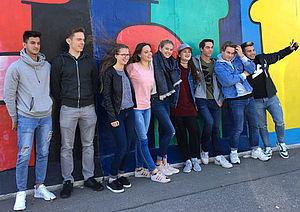 Jugendliche vor einer Graffiti-Wand