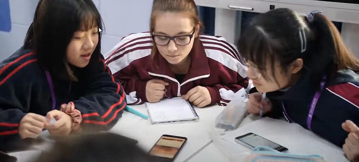 Drei Schülerinnen mit einem Smartphone