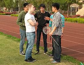 Jugendliche stehen an Sportplatz