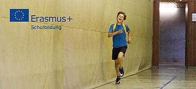 Junge rennt durch Sporthalle