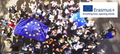 Erasmus+ Logo vor Schulkinder-Gruppe