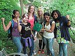 Schülergruppe beim Geocaching