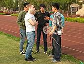 Schüler auf Sportplatz im Gespräch