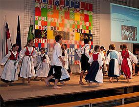 Tanzende Jugendliche in Tracht bei einer Tanzvorführung auf der Bühne