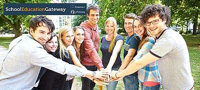 Neun junge Menschen im Halbkreis mit im Zentrum zusammengelegten Händen