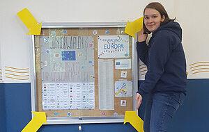 Der Infokasten mit einer Schülerin