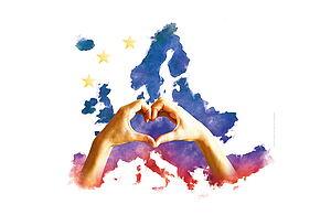 Zwei Hände formen ein Herz vor einer gemalten Europakarte