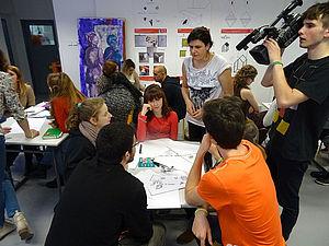 Jugendliche an einem Tisch