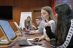 Schülerinnen und Schüler vor Notebooks
