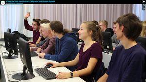 Schülerinnen und Schüler im Computerraum