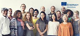 Gruppe Erwachsener mit Erasmus+ Logo