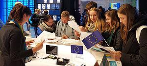 Schülergruppe in der Ausstellung »Erlebnis Europa« im Europäischen Haus in Berlin