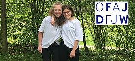 Zwei Mädchen mit weißem T-Shirt