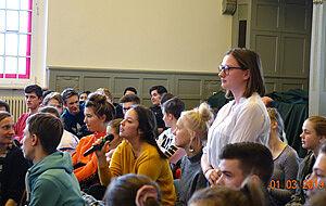 Zuhörerinnen bei Podiumsdiskussion