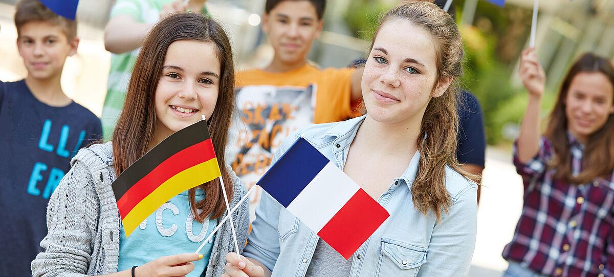 Zwei Mädchen mit Frankreich und Deutschland Fahne