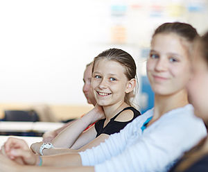 Schülerinnen im Klassenraum