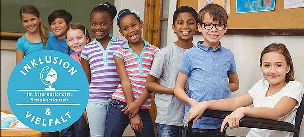 7 Kinder stehen und 1 Kind sitzt im Rollstuhl in einem Klassenzimmer. Davor ein blauer Kreis mit dem Titel Inklusion und Vielfalt im internationalen Schulaustausch