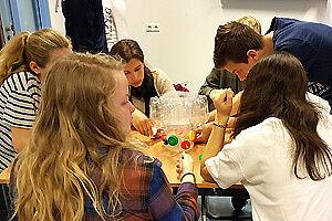 Schüler/-innen an einem Tisch