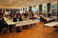 Seminarteilnehmer an Tischen