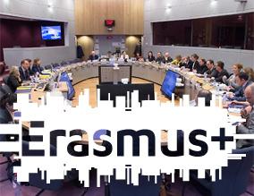 Konferenztisch mit Menschen und darüber liegendem Logo Erasmus+